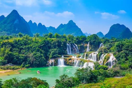 linda paisagem com montanhas ao fundo e diversas cacheiras que formam uma linda piscina natural