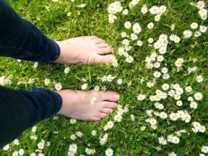 pés sobre flores